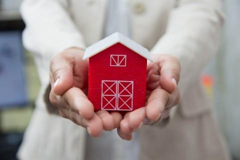 手に持った小さな家の模型