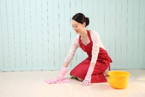 床を掃除している女性