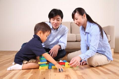 おもちゃで遊ぶ親と子