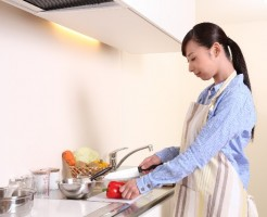 キッチンで料理する女性
