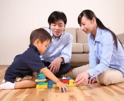 ブロック遊びをする親子