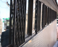 ガラス窓が並ぶ
