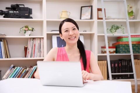 パソコンを触っている女性