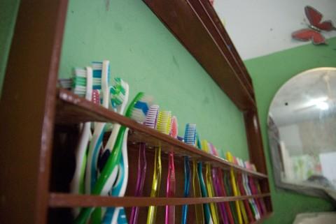 ずらっと並んだ歯ブラシ